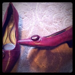 Red heel with button